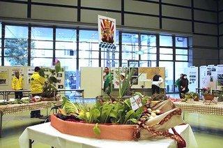 2-1買い物かごと野菜ストックケースがモチーフの「区民感覚の宝船」.jpg